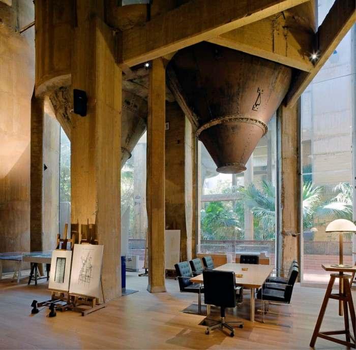 Некоторые заводские сооружения органично дополнили современный дизайн.