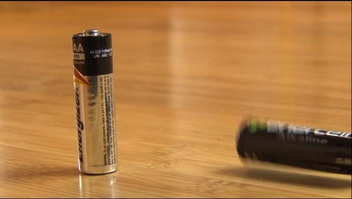 Заряженные и разрядившиеся батарейки.