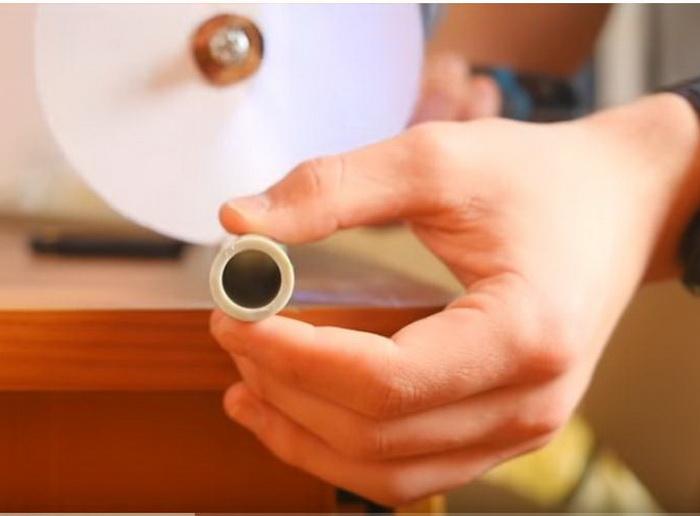 Во время вращения лист бумаги может разрезать пластик.