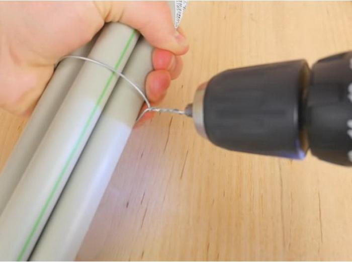 При помощи шуруповерта закрутите проволоку, обеспечив крепкую фиксацию предметов.
