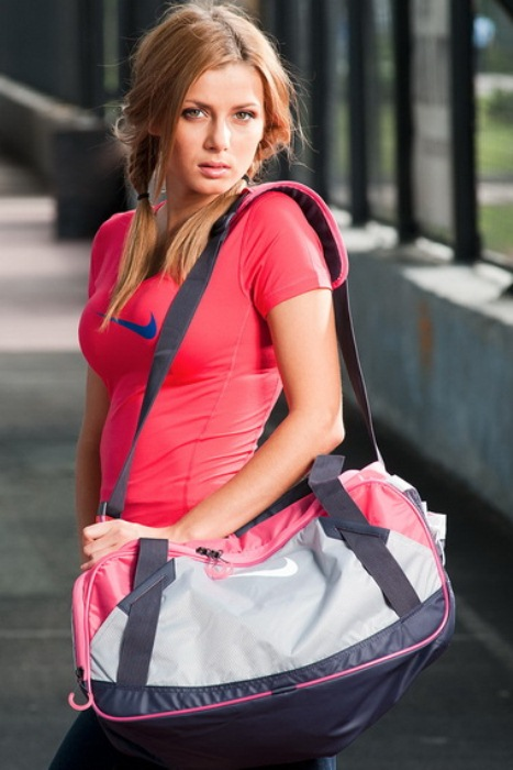 Силикагель поможет избавиться от неприятного запаха в спортивной сумке.