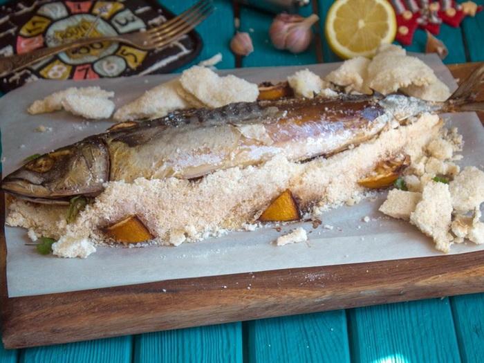 Последний штрих - достать рыбку из соли. |Фото: smak.ua