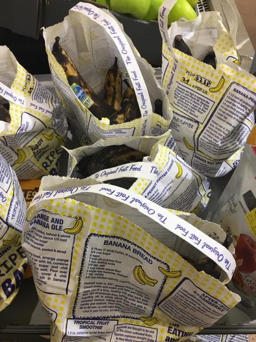 Потемневшие бананы в упаковке с рецептом бананового хлеба.