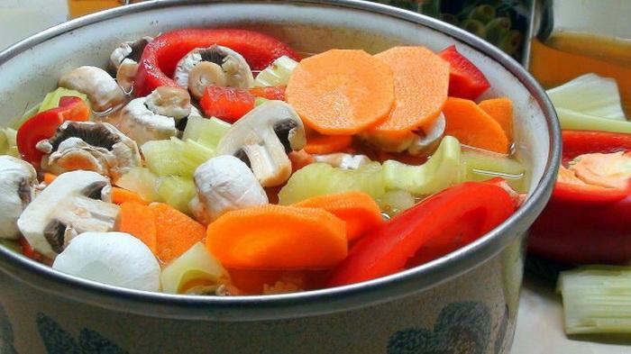 Варите овощи в эмалированной кастрюле.