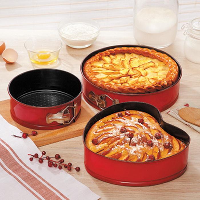 Пирог легче достать из формы, если ее дно смазать маслом и посыпать мукой перед выпеканием.