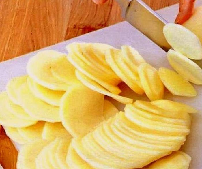 Картофель не будет приставать к сковороде, если его залить водой перед варкой.