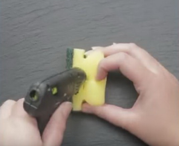 Заклеиваем губку при помощи клеевого пистолета.