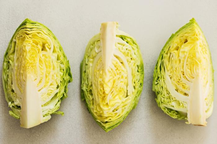 Выбирайте не очень твердую и легкую молодую капусту.