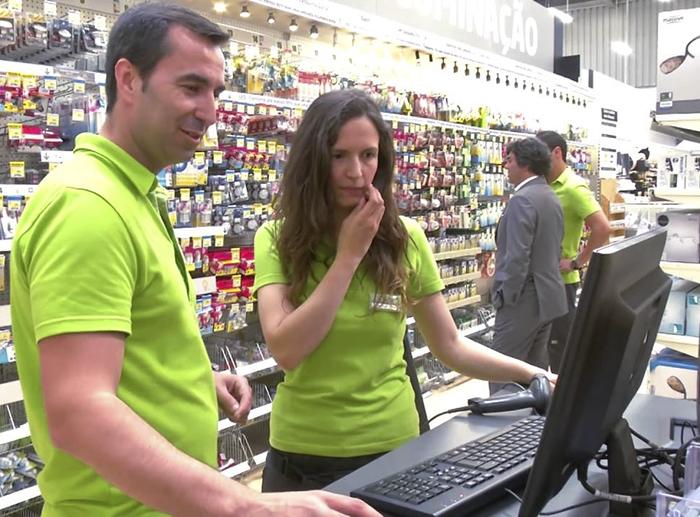 Кассир-стажер медленнее обслуживает покупателей, чем опытный профессионал.