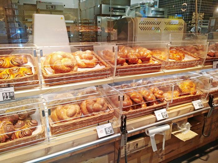 По вечерам в хлебобулочных и мясных отделах часто бывает снижение стоимости товара.