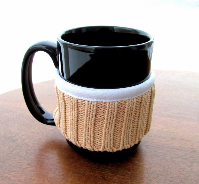 Декор для чашки из старого свитера.