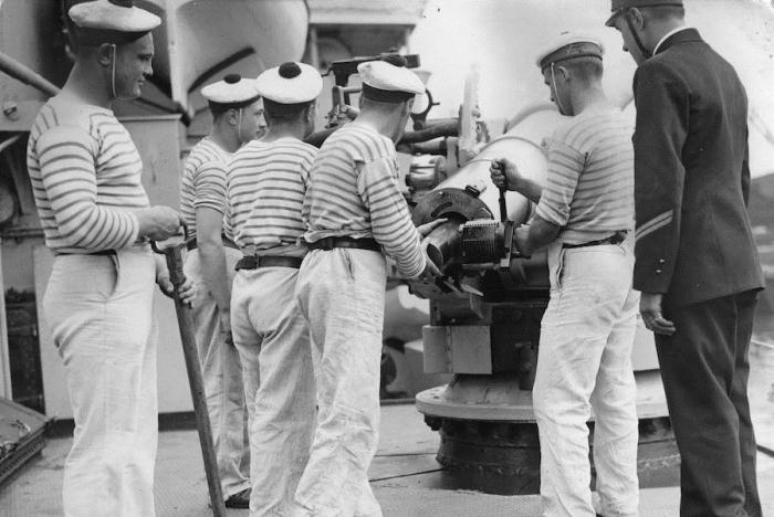 Офицеры и кадеты на французском судне, Лондон, Темза, 1935 год.