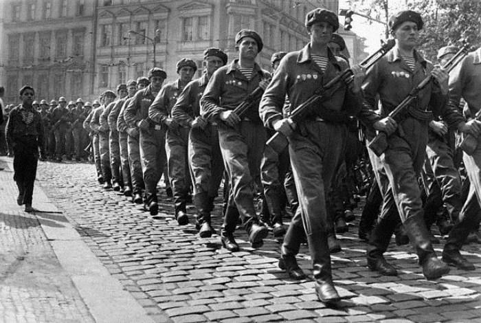 Премьера тельняшки ВДВ в Праге, 1968 год.