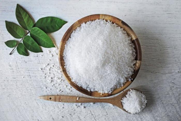 Раствор соли хорошо чистит, но действует медленно.