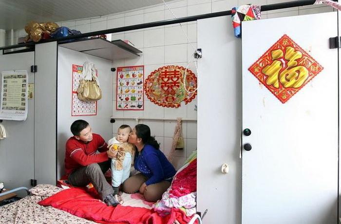 Семья живет в нежилом помещении площадью в 20 кв.м.