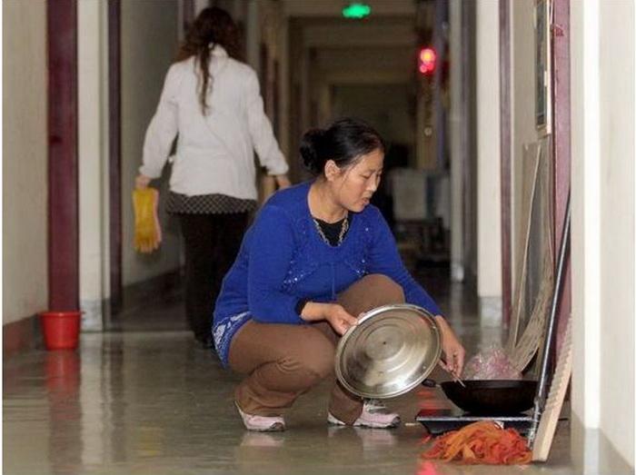 Основное неудобство: еду приходится готовить в коридоре.