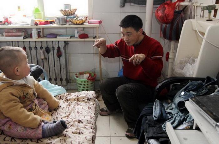Отец семейства никак не может выбраться из нищеты.