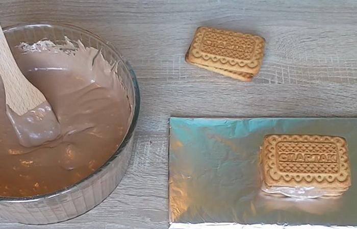 Как смазывать печенье кремом, чтобы получился торт без выпечки.