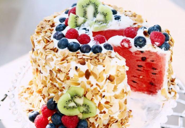 Торт из арбуза, украшенный миндалем и фруктами.