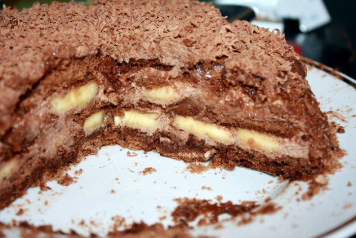 Торт украшен тертым шоколадом.