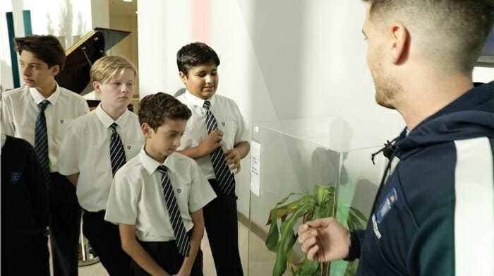 Учитель рассказывает школьникам о целях эксперимента.