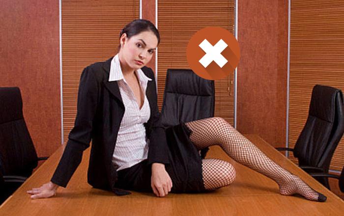 Колготки в сеточку - не лучшее решение для офисного стиля.