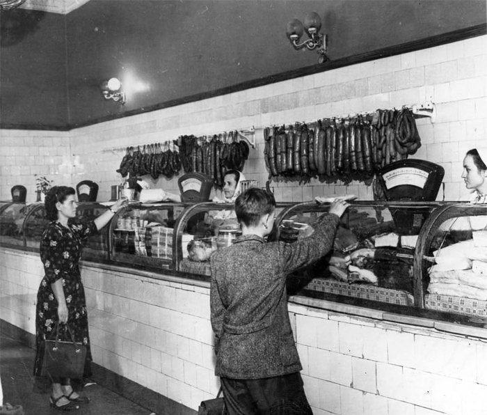 Колбасный отдел в советском магазине.