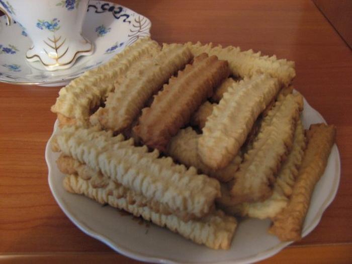 Готовое печенье, приготовленное при помощи специальных насадок на мясорубку.