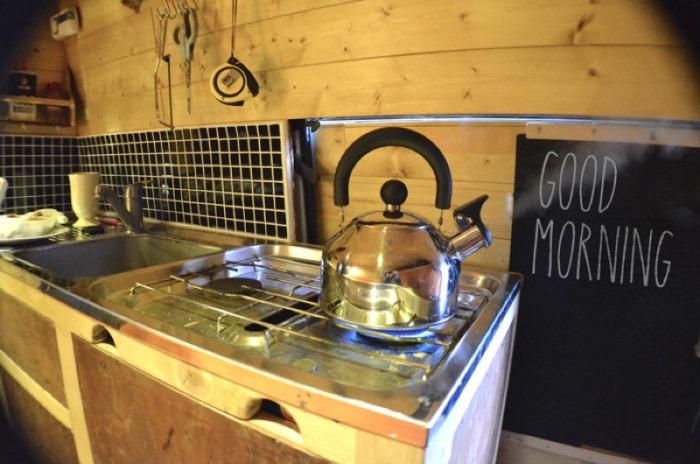 Кухня с газовой плитой.