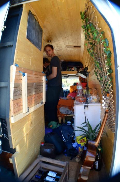 Майк внутри дома на колесах.