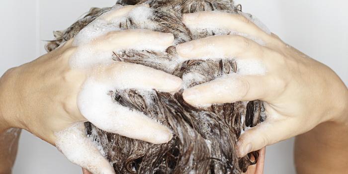 Частое мытье головы приводит к повышенной выработке кожного сала.