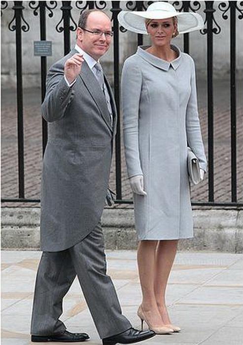 Прямое светло-серое пальто для свадьбы Уильяма и Кейт Миддлтон.