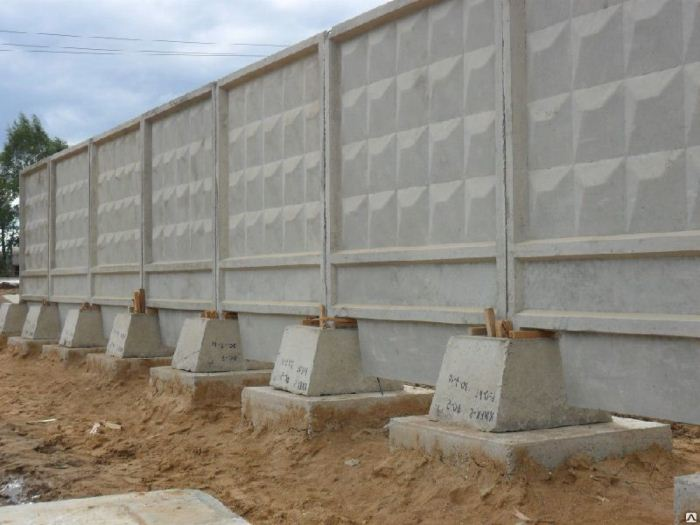 Бетонный забор есть в каждом городе.