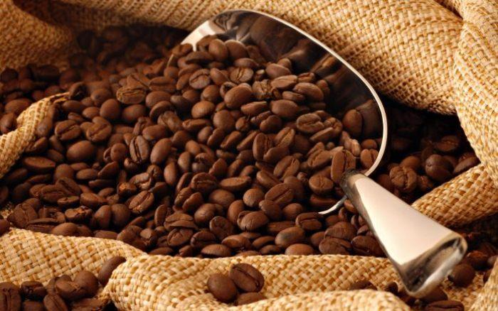 Одно кофейное зернышко справится с запахом изо рта.