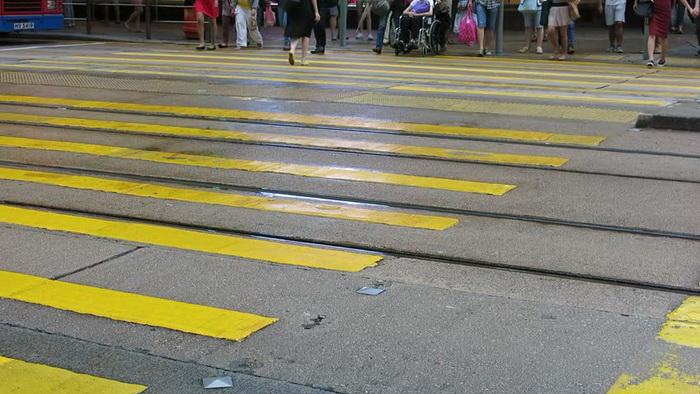 Желтая разметка-тигр в Гонконге.