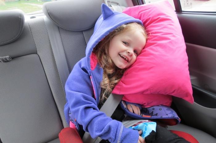 Удобно спать на ремне можно и с обычной подушкой. /Фото: 45633.pw