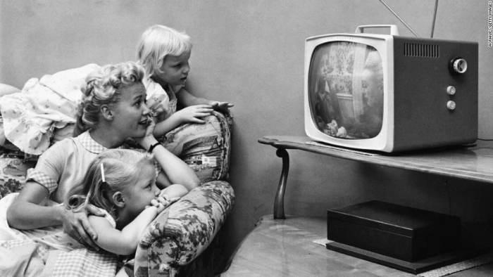 В Советском Союзе телевизор был большой ценностью и собирал возле себя всю семью. /Фото: static-nur.akamaized.net