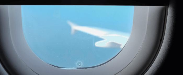 На самом деле окна самолета не герметичны. /Фото: theunknownbutnothidden.com