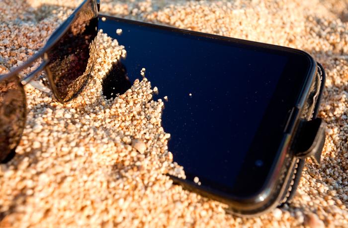 Чтобы сердце не вздрагивало от переживаний за сохранность телефона, есть простое решение. /Фото: ocdn.eu