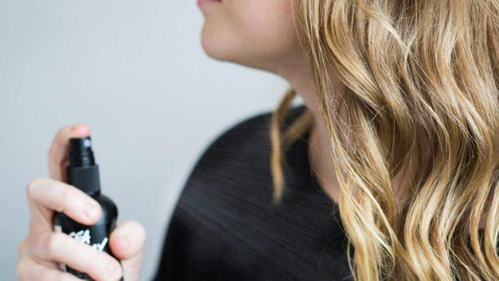 Соляной спрей - идеальный вариант легкого средства для укладки. /Фото: lushusa.com