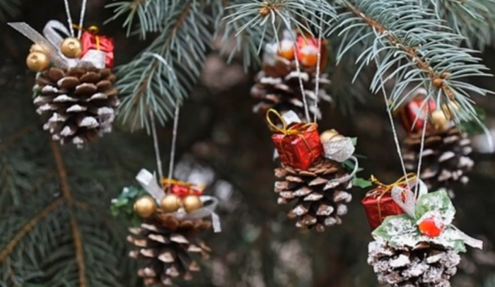 Для оформления шишек можно использовать бусины, банты, блестки, декоративные коробочки в виде подарков.