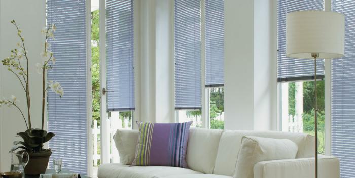 Нужно защитить помещение, которое охлаждается, от прямого воздействия солнца, например, закрыв шторы или жалюзи. /Фото: okna-teplalinia.com