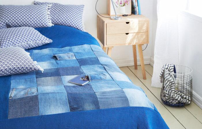 Покрывало с джинсовыми вставками смотрится эффектно. /Фото: bhg.com.au