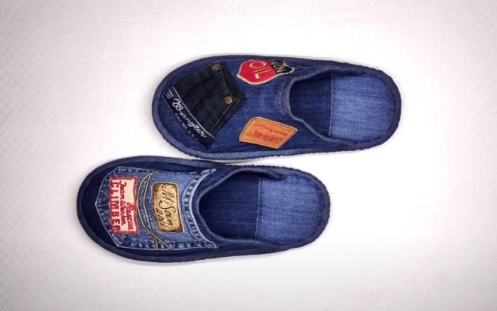 Такие тапочки можно сшить своими руками из старых джинсов. /Фото: youtube.com/watch?v=X-LaVBP0x9E