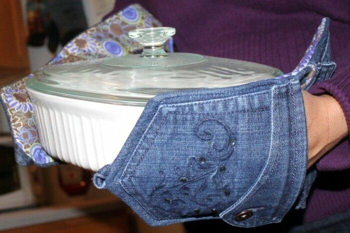 Из старых джинсов можно сшить очень красивые прихватки-рукавицы. /Фото: wonderfulengineering.com