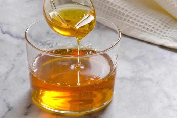 Из смазанной маслом ложки липкий патока легче выскользнет. /Фото: epices-review.fr