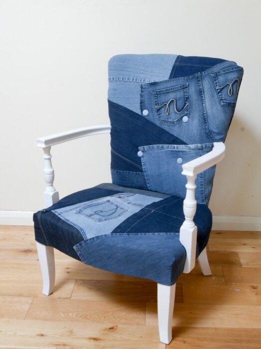 Старый стул, обтянутый денимом, обретает второе дыхание. /Фото: vickymyerscreations.co.uk