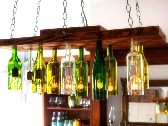 Светильники с плафонами из бутылок, подвешенные на цепях, вносят в интерьер нотку самобытности. /Фото: cdn.homedit.com