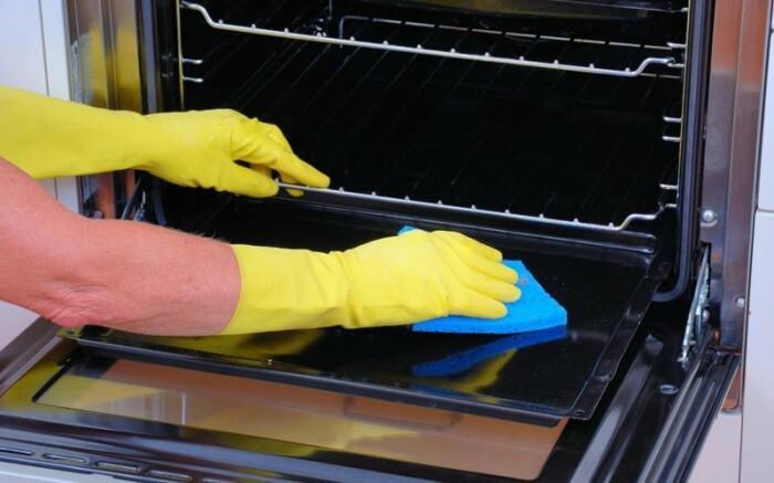 С помощью самодельного средства можно избавиться от любых загрязнений в духовке. /Фото: help-advisors.com