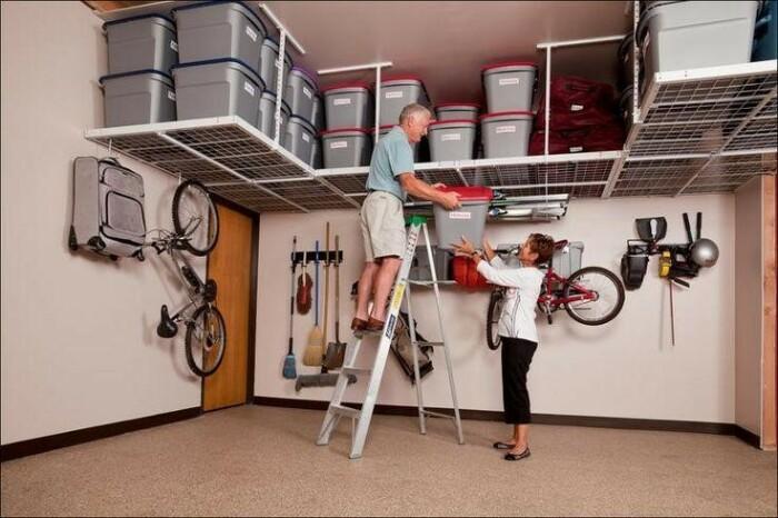Про место под потолком порой забывают, а это отличный способ освободить пространство. /Фото: mommyatheart.com